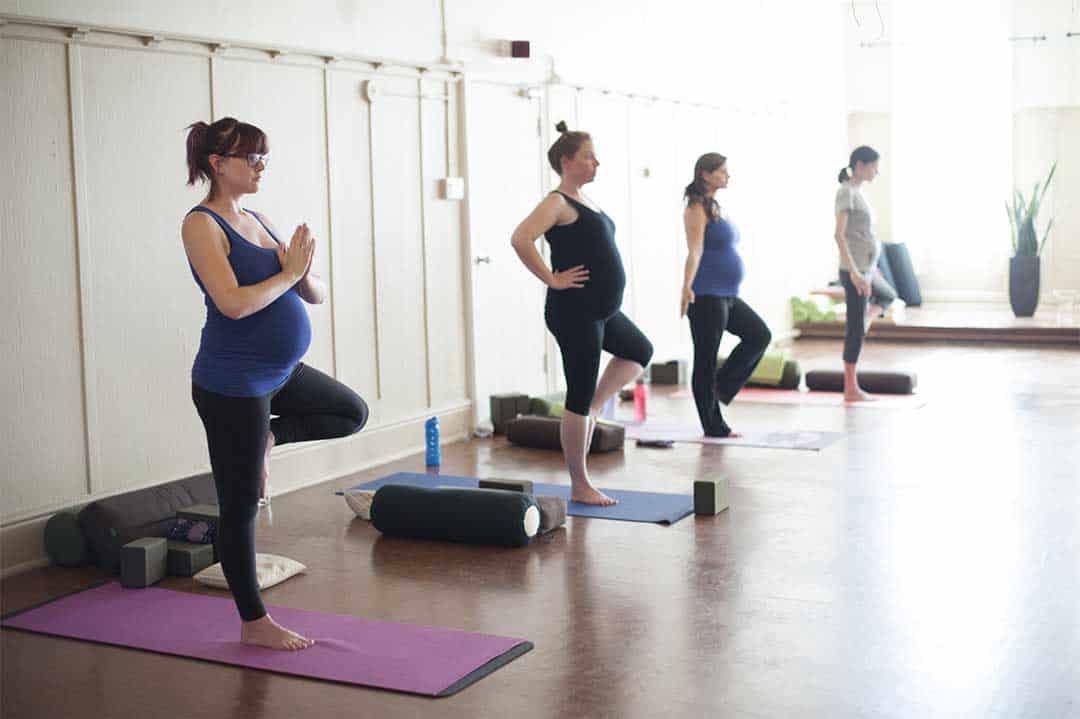 Seance de yoga entre femmes enceintes