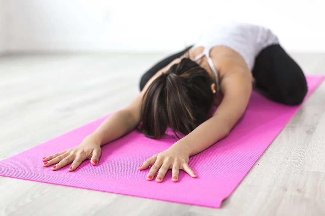 Femme faisant du yoga japonais